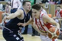 TRADIČNÍ BOJ. Děčínští basketbalisté hrají s Pardubicemi.
