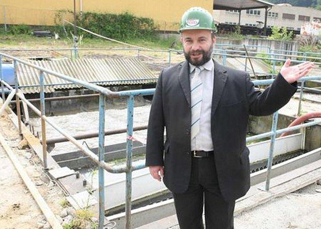 Poklepáním na základní kámen, zahájili vodohospodáři stavbu nové čističky odpadních vod pro město Benešov nad Ploučnicí.