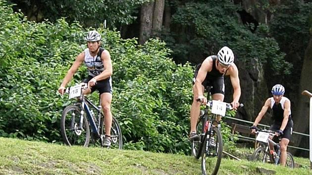 přesně po roce se pod děčínský zámek vrátili extrémní triatlonisté, kteří poměřili své schopnosti na 2. ročníku Děčín Xterra Zedníček Cup.