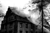 Šluknovský zámek během požáru.
