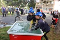 Staroměstští hasiči uspořádali uprostřed sídliště v Děčíně soutěž pro děti.