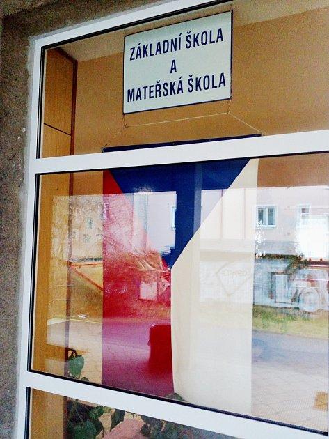 Uněkterých volebních místností, jako například na Starém Městě vDěčíně, měli špatně vyvěšenou státní vlajku.