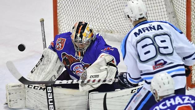 PORÁŽKA. Děčínští hokejisté (v modrém) prohráli první utkání ve Vrchlabí 2:5.