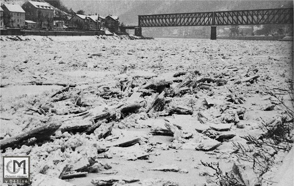 Nakupení ledu v řece před železničním mostem v Loubí, cca. 1940