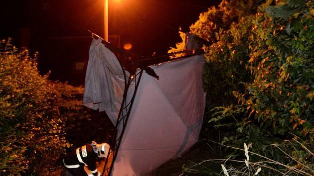 V ulici 5. května ve Varnsdorfu ulétl ze zahrady lehký přístřešek a skončil na ulici.