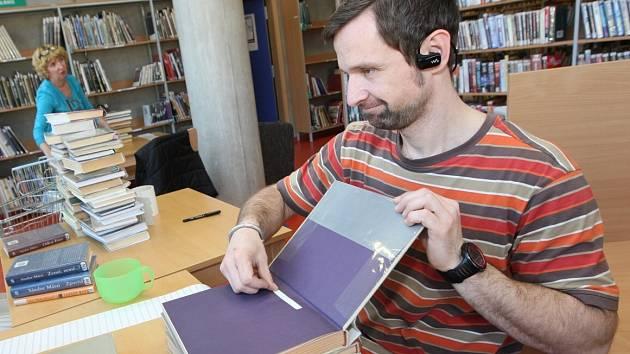 Knihovníci mají plné ruce práce s čipováním knih.