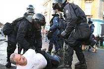 Při nepokojích na Šluknovsku několikrát zasahovali také těžkooděnci. Později se ale situace zklidnila a další protesty se obešly bez násilností.