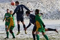 ČECHIE VÁLÍ. Fotbalisté Horního Podluží porazili Petrovice 3:0, ve druhé půli se hrálo na zasněženém hřišti.