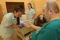 Studentky vypomáhají například na chirurgii.