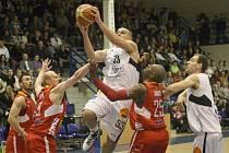 SKVĚLE! Basketbalisté BK Děčín (na archivním snímku v bílém) porazili NH Ostravu.