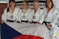 DĚČÍNSKÁ LENKA KÖNIGOVÁ (vlevo) slaví společně se svými kolegyněmi z reprezentace získané světové medaile.