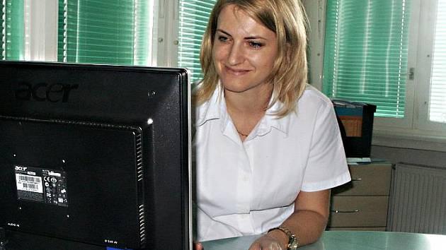 Praktická lékařka Klára Ščerbová kouká na objednávky pacientů na internetu.