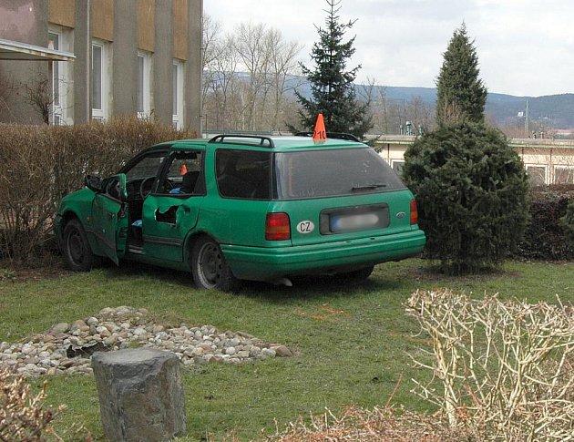 Řidič se snažil do vozidla za jízdy naskočit, ale auto ho přitlačilo k zábradlí a pokračovalo dál v jízdě.