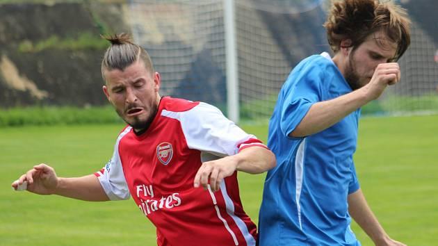 HRDINA. Šluknovský záložník Jakub Čurgali (na archivním snímku v červeném) rozhodl svou trefou o vítězství 1:0 v derby nad Rumburkem.