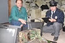Vedoucí děčínského sběrného dvora v Poděbradské ulici Václav Zdvořan popisuje vyšetřujícímu policistovi, jaké elektrospotřebiče zloději v násilně otevřené hale zničili.