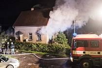 Opilec zřejmě zapálil dům, požár proto šetří policisté.