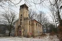 Ruinu starokatolického kostela v Děčíně na Popravčím vrchu koupil Jaroslav Hrouda a jeho firma Good Times. Co se stavbou míní udělat, není jasné. Své plány totiž Hrouda tají. Lidé se bojí, že se z kostelíku stane veřejný dům.