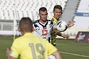 DEBAKL. Fotbalisté Varnsdorfu (ve žlutém) propadli v Hradci Králové, kde prohráli 0:8.