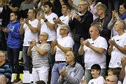 Fanoušci podporují Válečníky v prvním zápase čtvrtfinále proti Kolínu.