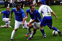 PADLI DOMA. Šluknov (v modrém) nestačil na Srbice a prohrál 1:2.