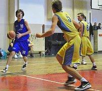 Michal Šport (v modrém) proniká pod žižkovský koš.