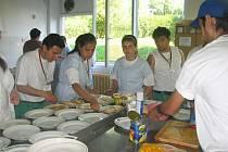 Žáci z bulharské školy pro neslyšící se učili vařit tradiční česká jídla ve Varnsdorfu