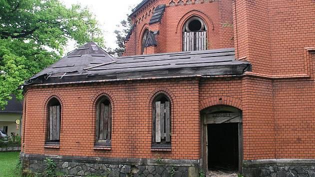 Červený kostel ve Varnsdorfu chátrá už od roku 1960.