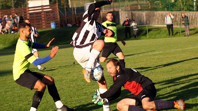 Horní Podluží (pruhované dresy) doma porazilo Krásnou Lípu po penaltách.