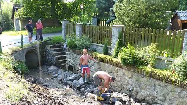 Práci dvou dělníků přihlížejí jejich vedoucí Petr Novotný (vlevo) s autorem této reportáže.