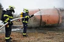 Hasiči likvidují požár v areálu Chemotexu v Děčíně