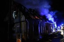 Požár pohltil střechu domu v Horní Chřibské. Oheň napáchal milionové škody