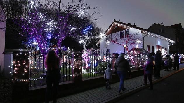 Vánočně vyzdobený dům a zahrada v Benešově nad Ploučnicí opět svítí.