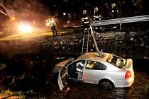 Auto skončilo v potoce, řidič utekl