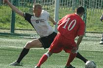 OSMÉ JARNÍ VÍTĚZSTVÍ. Fotbalisté Junioru Děčín (v červeném) porazili Modlany 4:2.