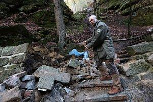 Ve Hřensku spadl patnáctitunový kámen