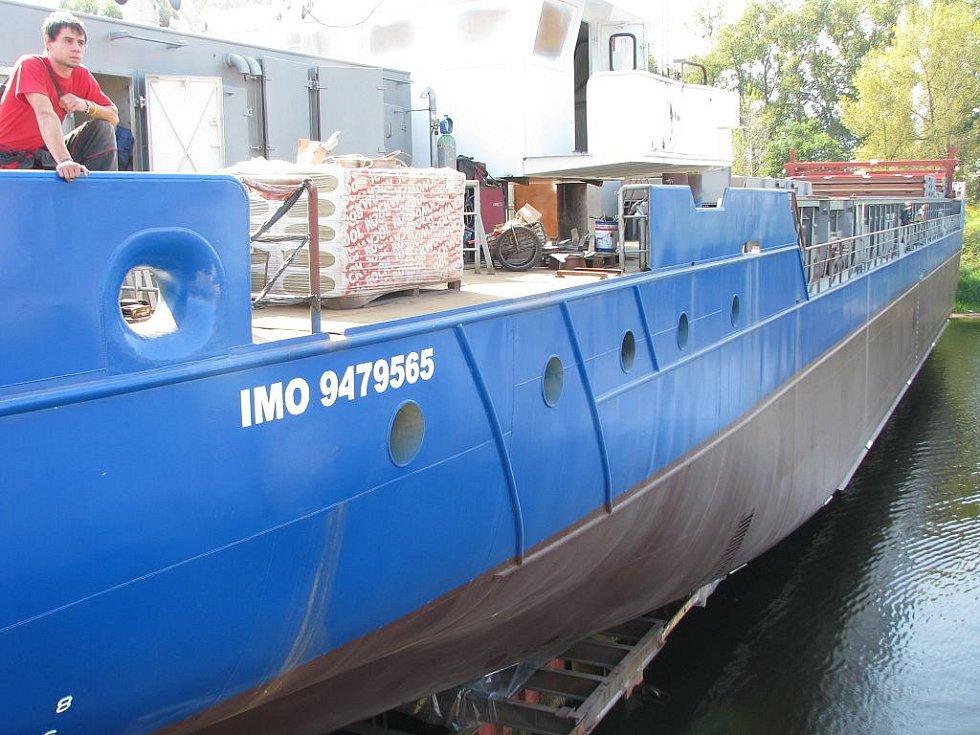 Rok a půl intenzivní práce oslavili v Českých loděnicích v Křešicích spuštěním lodi na vodu.