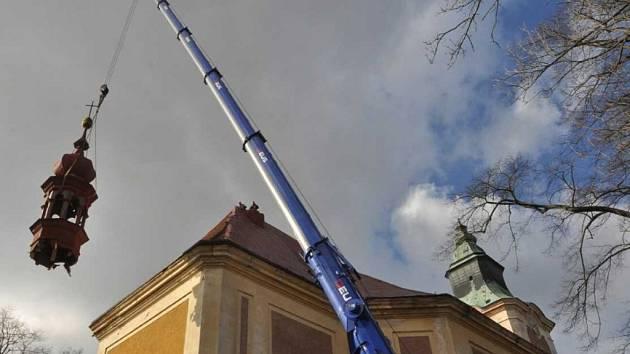 U barokního kostela ve Starých Křečanech se demontovala malá věž
