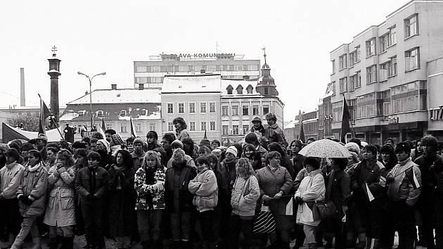 Fotografická procházka městem z roku 1990 navodí atmosféru přelomové doby.