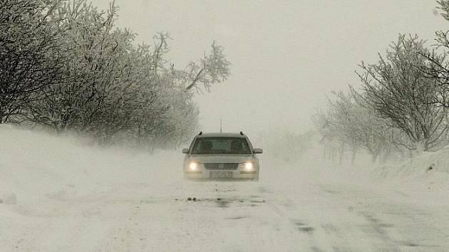 Vítr rozfoukával sníh a tvořily se sněhové jazyky, které ale stačili silničáři uklízet – až na horské úseky. Silnice třetí a čtvrté třídy jsou s rozježděnou vrstvou sněhu. Fotografie jsou z okolí Petrovic.