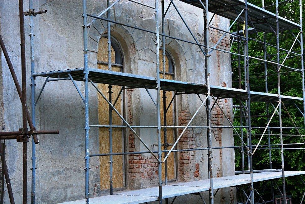 Obnova fasády na císařském kostele.