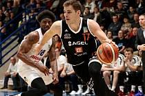 BEZ PŘEKVAPENÍ. Děčínští basketbalisté (v bílém Autrey) doma prohráli s Nymburkem 69:93.