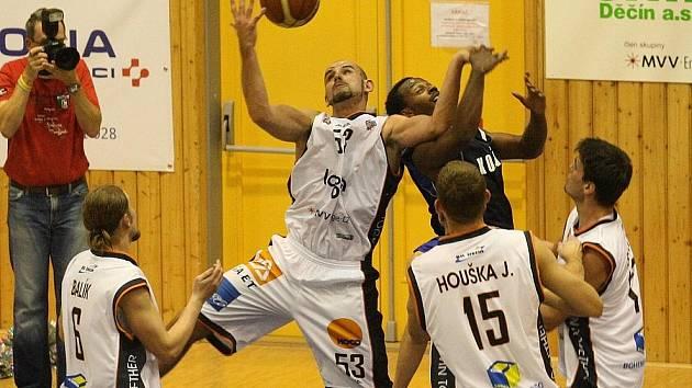Děčínští basketbalisté vykročili do nové sezony správnou nohou a doma porazili Kolín.