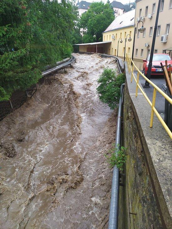 Jílovský potok zaplavil dvůr děčínského magistrátu.