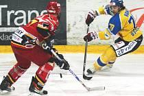 Útočník HC Ústí Robin Hanzl (vpravo) sice v úvodních dvou semifinálových zápasech nezískal ani jeden kanadský bod, přesto předvedl několik pohledných akcí.