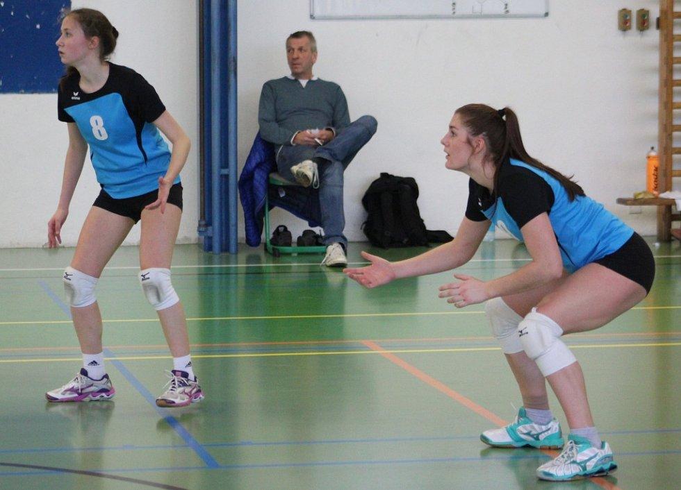 JEDNO VÍTĚZSTVÍ vybojovaly na domácí půdě juniorky Spartaku Děčín (v modrém).