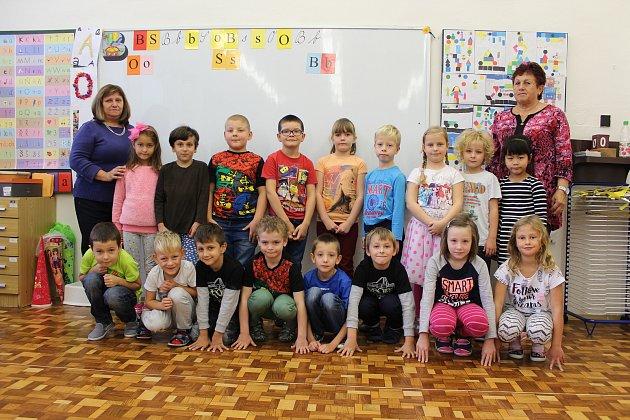 Žáci 1.třídy ze ZŠ Březiny spaní učitelkou Lenkou Kalivodovou a asistentkou pedagoga Libuší Neumanovou.