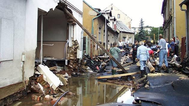 Velká voda zdevastovala přes 79 obcí a měst. Spoušť  po ní pomáhali lidem uklízet všichni.