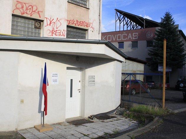 Volí se také ve vrátnici bývalého Kovočasu vDěčíně.