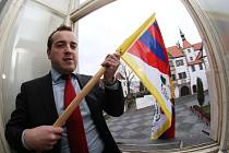Tibetskou vlajku letos vyvěsil rekordní počet radnic. I Benešov.