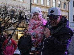 Lidé si na Masarykově náměstí v Děčíně zazpívali s Tomášem Kettnerem.